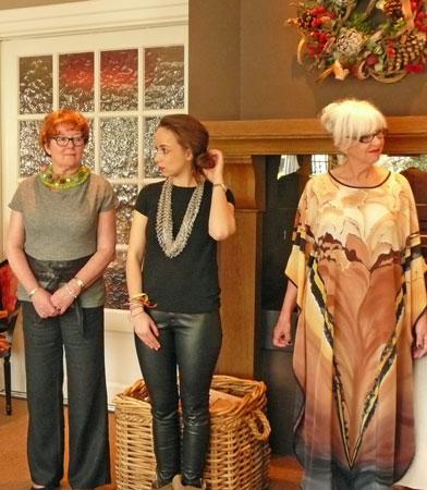 Jadwiga Dziki-Gnyszka, mannequin Gerrie (r) showt de Eveningdress van Jadwiga en enkele andere mannequins tonen nog meer sieraden.