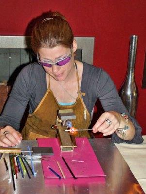 Lianne Evers demonstreert 'Voor de vlam werken'