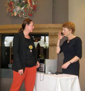 Sheila Westera en Agatha (de ladyspeaker) tijdens de Sieradenshow.