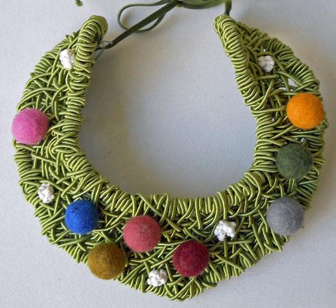 Sheila Westera, Kraagachtig Halsstuk, licht groen geweven met diverse kleurige vilten bollen en witte steentjes uit Sardinië.