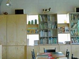 16-425-Restaurant-in boekenkast tussen boeken 4 objecten.