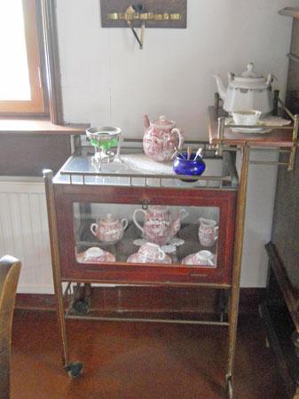 27-457-De Kamer-in en op theekastje-2 objecten.