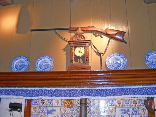 32-467-De Heerd-op schoorsteenrand-3 borden staand (in houder).