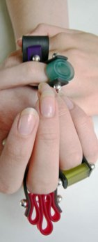 Lydia Bremer, Ringen van kunststof samengebracht door piercing-staafjes.