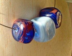 "Anjo Brohm, Collier ""Azul"", uit de collectie 'Cubo', spectrum glas."