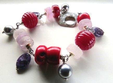 Dini Bruinsma, bedel-armband met Glaskralen, Koraal, Amethist, Ametrien en Shell parels, 16,9 cm deel van een set.