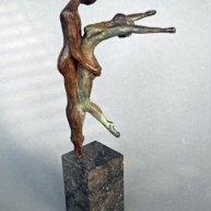 """Ellen Welten, """"Overgave"""", brons, hoog 28 cm."""