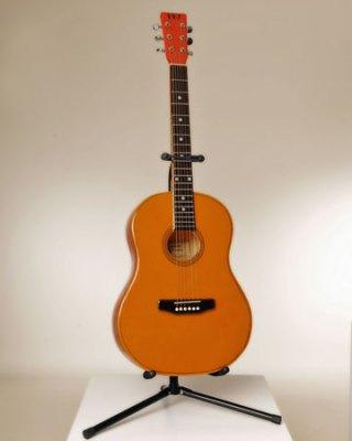"Wil Wessels, ""Western gitaar"" glazen instrument, gefused en geslumped glas, 37 x 102 cm."