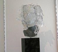 Mari Meszaros, In your own Prison, crystal glas met koperdraad op diabassteen, 63 x 30 cm.