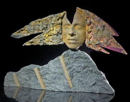 Mari Meszaros, Sphinx, gesmolten marbriet glas op diabas steen, 40 x 60 x 5 cm.