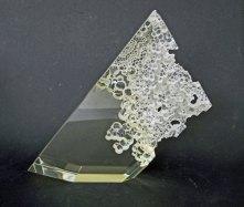 """Maciej Zaborski, """"Forth"""", optisch glas, mille buchi technique, gegraveerd, gemalen, gepolijst, 26x26x5 cm, 2013."""