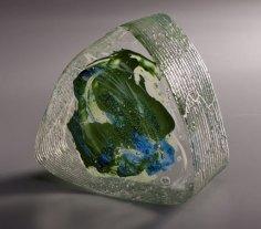 """Beata Mak-Sobota, """"Intriangle"""", geslepen, gepolijst optisch glas met emaille-inleg, 16x15x7 cm."""