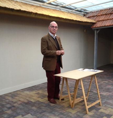 Albertjan Peters tijdens zijn lezing 'Blijvende aandacht voor Glaskunst'.