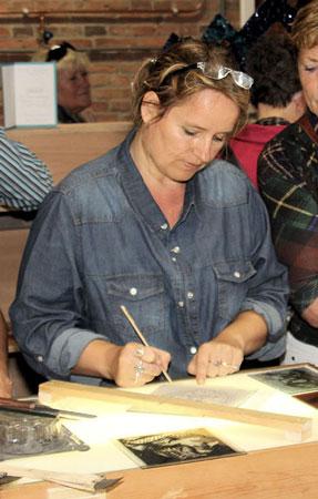 Candida van Nugteren, tijdens haar Brandschildershow.
