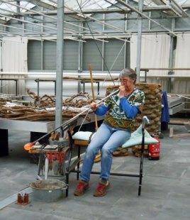 Jakobine von Domming bij de glasshow van Glasstudio SiO2.