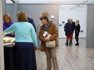 Candida van Nugteren (op de rug gezien) geeft toelichting aan het publiek.
