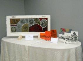 Candida van Nugteren, in haar stijlkamer met het 'Raam' en andere gebrandschilderde kunstwerken.l