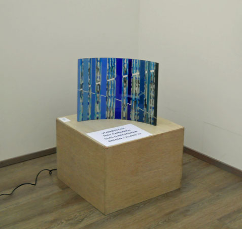 """Martine Knoppert, """"Schoonspringer"""", versmolten, gezaagd, versmolten gegrit en gebogen glas, 46x37x10 cm."""