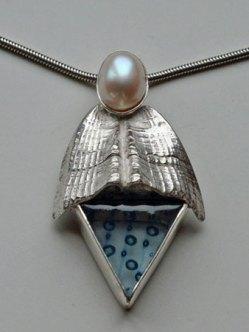 Lideke Middelbeek, Zilveren hanger met glas en parel.