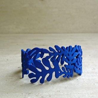 """Yvonne van Zummeren, """"La Gerbe"""", armband, blauw, vervaardigd met de 3D-printtechniek."""