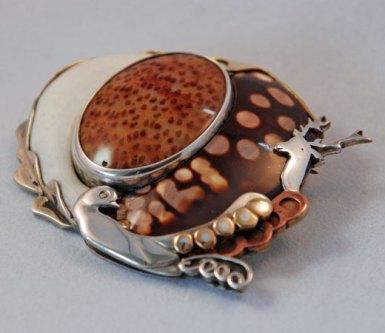 Lideke Middelbeek, Broche van zilver met agaat, been en schelp.