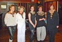 De Show werd beeiendigd met de gehaakte Halssieraden (goud- en zilverdraad) van Wytske Zwetsloot.