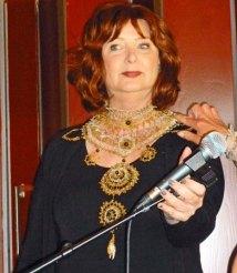 Het koninklijke sierornament van Wytske Zwetsloot is niet allen prachtig, maar de dame voelt zich daar zeker zeer statig bij.