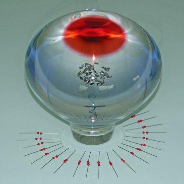 """Liefdevol"", 2014, geblazen glas, bladzilver, spelden, vlakglas, 30x70x70 cm."
