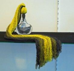 """""""Pracht v/h Delen"""", 2017, Geblazen glas, gegraveerd, Morino diervriendelijke wol (eerst gebreid en dan met de hand geverfd), 40x50x50 cm."""