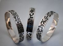 Zilveren armbanden.