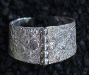 Zilveren ring, met pareldraad. Glansrijke combinatie.