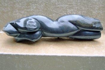 """Black-lady"", zwart: serpentijn/springstone, 60 x 17 cm."