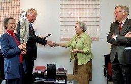 Ook Wim Kok krijgt een herinnering aangereikt aan deze bijzondere kunstdag.
