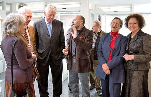 Belangstelling rondom Rita en Wim Kok.
