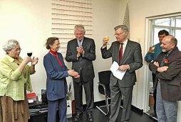 Een toast wordt uitgebracht op de expositie 'Weven in de Kunst'.