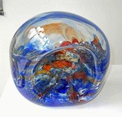 Glassculptuur Nr. 3719 - door metaal geblazen glas, 23 x 25 cm.