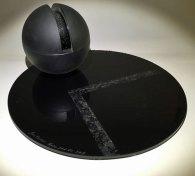 Nanopod VII - geblazen, gebeeldhouwd, gezaagd, gepolijst, gezandstraald, plaat diam. 30, bol diam 32 cm.