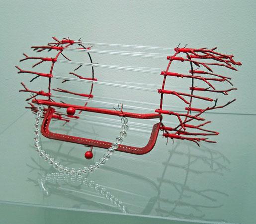 Tassen Rood - metaal, glasstaven, natuurstengels, 28 x 25 cm.