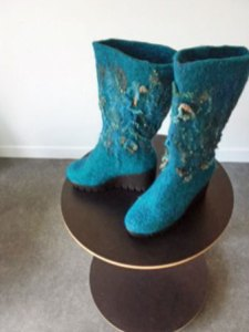 De Laarzen - Handgemaakte. warm en waterdicht, van zelf gevilte wol van Bergschaap en krullen van Wensleydale schaap. hoogte 40 cm. Maat 40