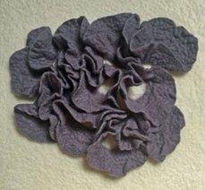 Vierluik - Naaldvilt waarop met viltnaald diverse vormen zijn aangebracht, 30 x 30 cm