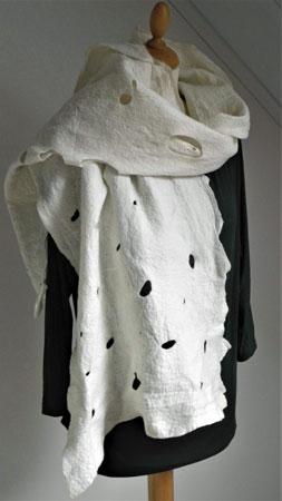 Wolwitte sjaal-omslagdoek - Zacht en warm, groot genoeg om om je heen te slaan. Gevilt van wol van merinoschaap. breed 40 cm, 190 cm lang.