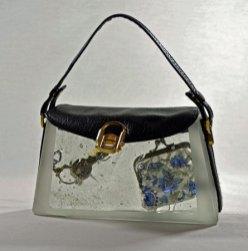 """Handtas """"Blue Moon"""", Vormgesmolten glas, sleutel, onderdelen echte handtas, 17 x 7 x 21 cm."""