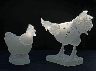 """Kippen uit Dilbeek"", 'Kip op nest': 36 x 23 x 20 cm, ""Kip op wandel': 38 x 23 x 38 cm."