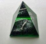 Bohemian Art Glass - Piramide - geslepen gepolijst 10x9,4x9.4 cm. helder en groen glas met insluitingen van wit poeder en koper