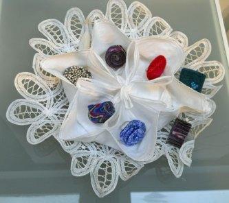 Diverse Ringen in mandje - naaldvilt/lontwol versierd met div. materialen. Ringmaat divers.