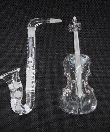 Saxophoon en Viool - kristal - beide circa 21 cm lang.