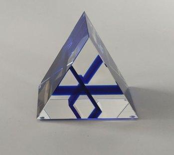 Optisch kristal, Blauwe driehoeken in driehoek, 10x8,5x6 cm.