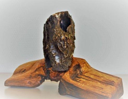 Verstikte stem... Brons op holle boomstam met kopje op gered hout. hoog15 cm, diameter 8 cm.