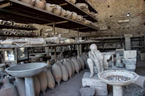 pompeii pottery with body (2)