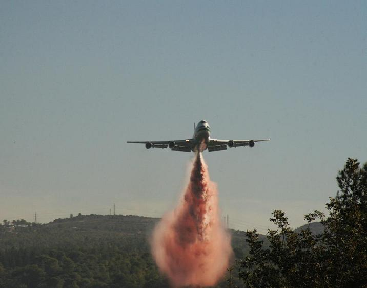 The 747 Supertanker during the 2010 Carmel forest fires in Israel. Credit: ShacharLA